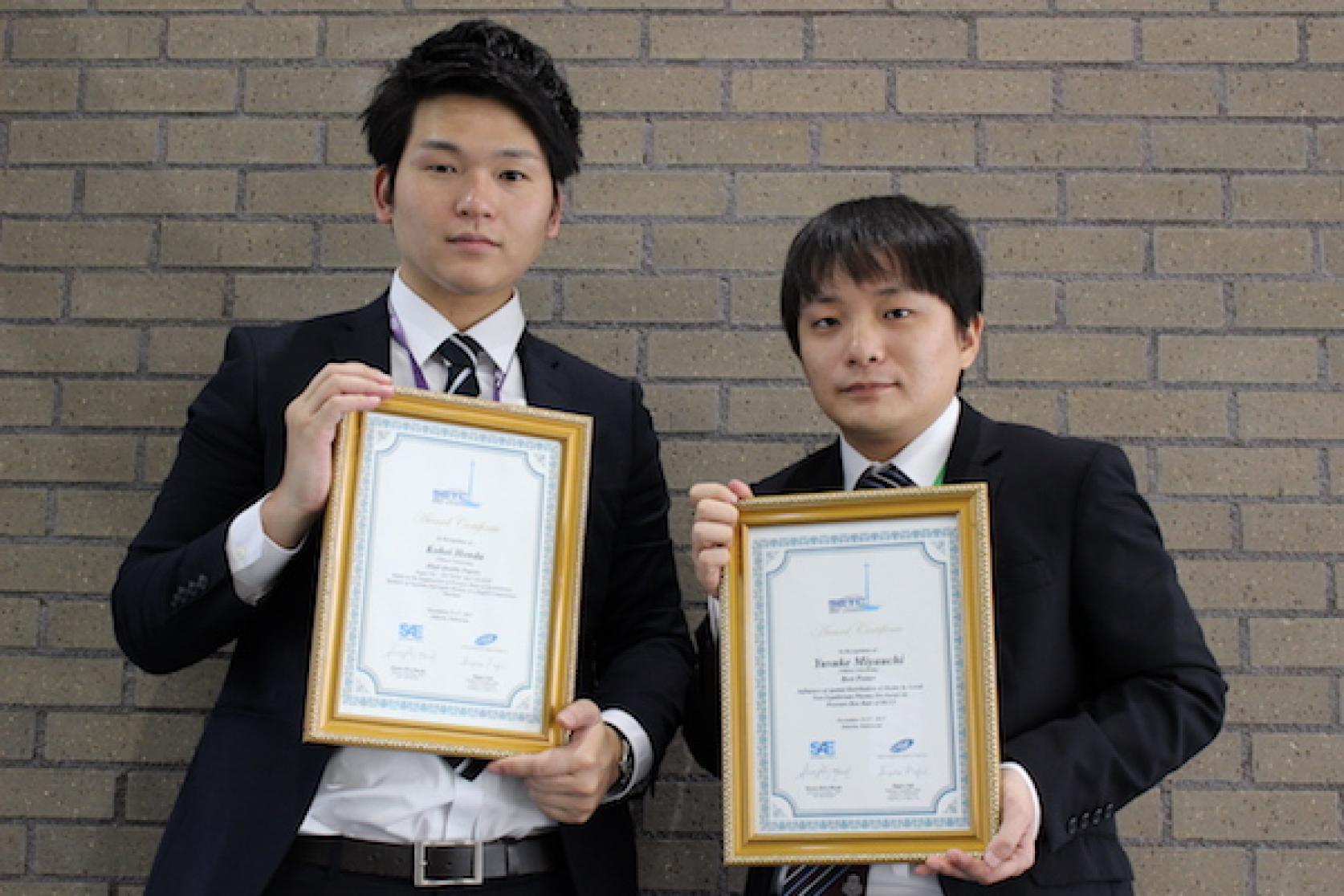 航空宇宙工学専攻2年の本多浩詩さんと宮内佑輔さんが、SAE/自動車技術会共催の「Small Engine Technology Conference」において、優秀ポスター賞をダブル受賞しました。