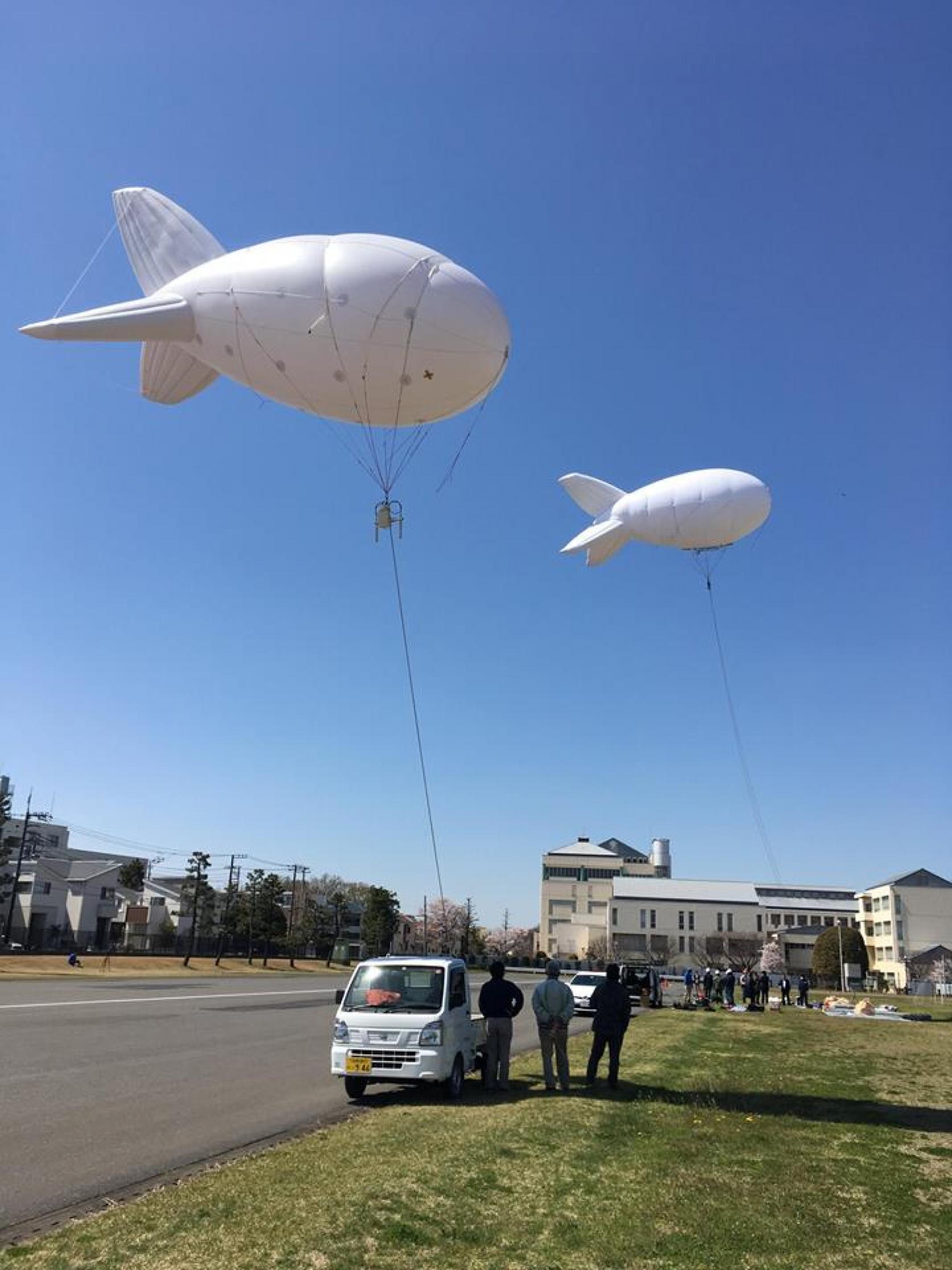 船橋キャンパスにて、船橋市消防局と研究連携協定を交わして実施している「消防防災ドローン開発」の一環として、ヘリウムバルーンを使った通信中継デモンストレーションを実施しました。