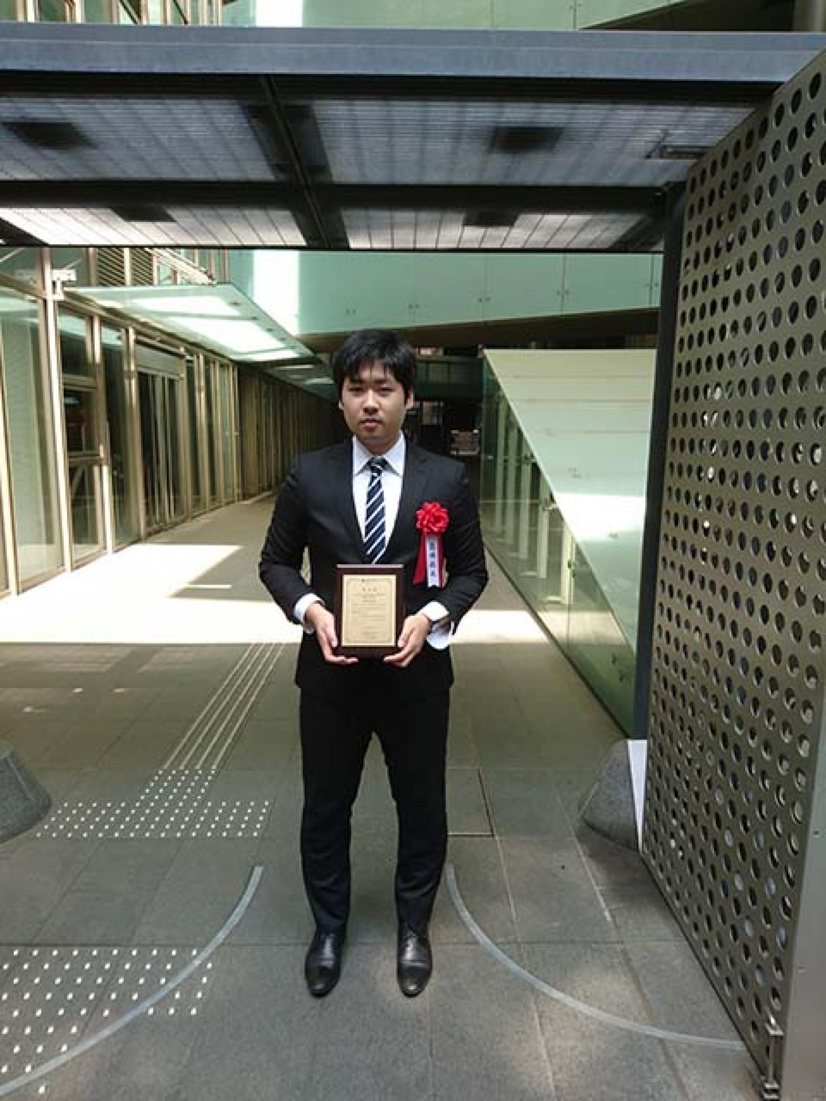 機械工学専攻2年の髙橋拓也さんが「先端材料技術協会」から奨学賞を受賞しました。