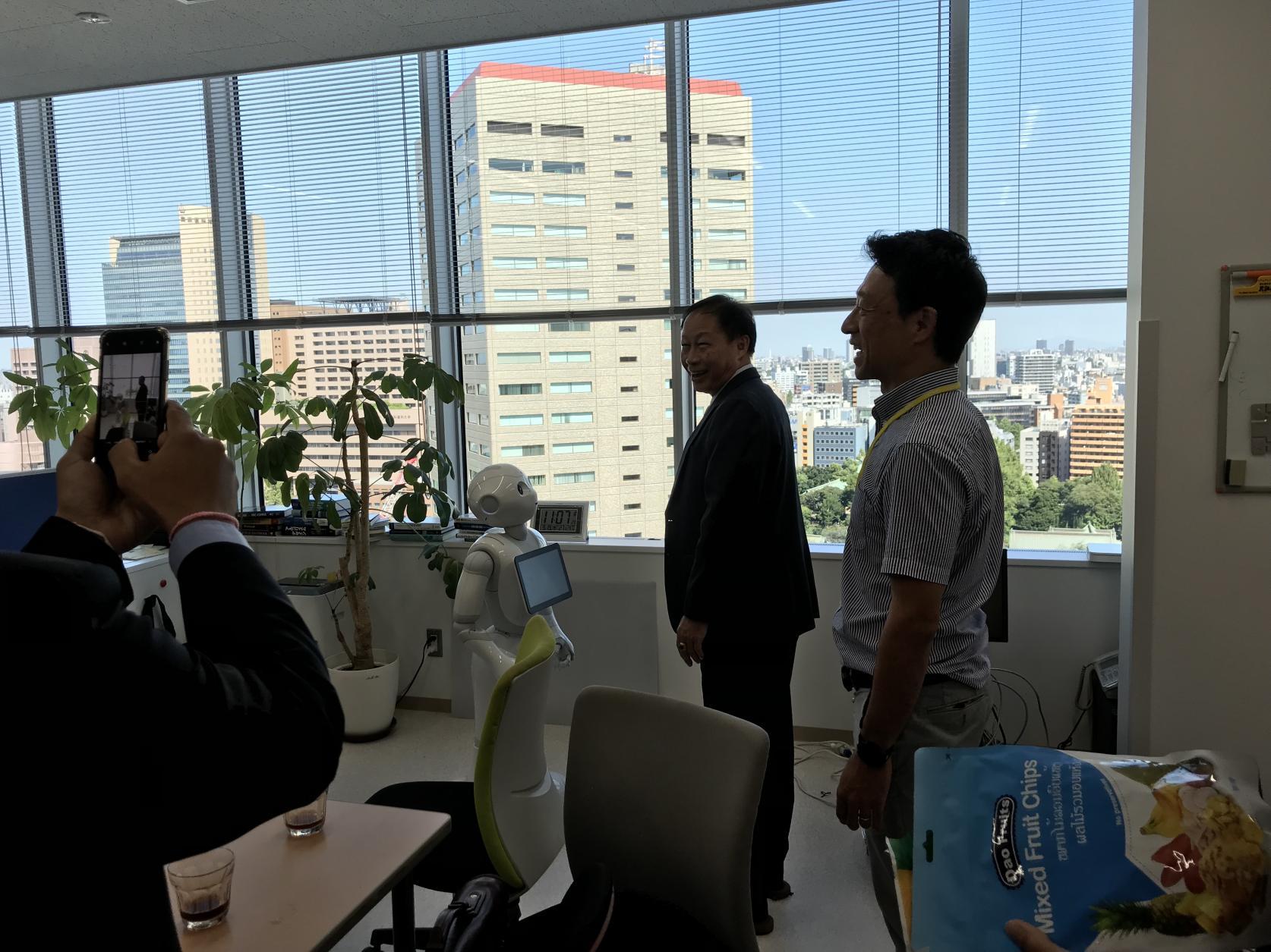 ラオスにおける地域医療ネットワーク構築に関わり、ラオス保健科学大学学長一行が電気工学科 戸田研究室を訪問くださいました。