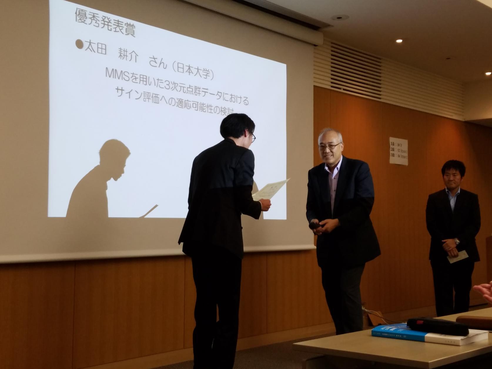 交通システム工学専攻1年の太田耕介さんが「第43回土木情報学シンポジウム」において、優秀発表賞を受賞しました。