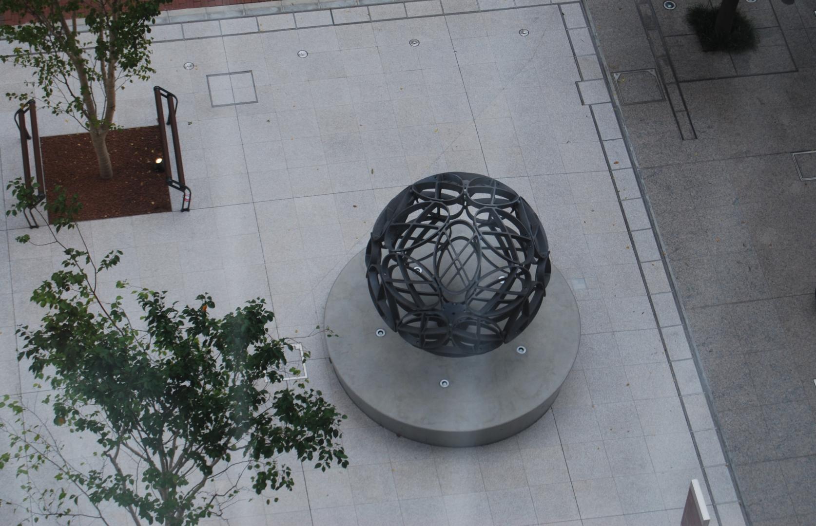 駿河台キャンパスタワー・スコラ前に創設100周年記念モニュメント「CST SPHERE」が設置されました。