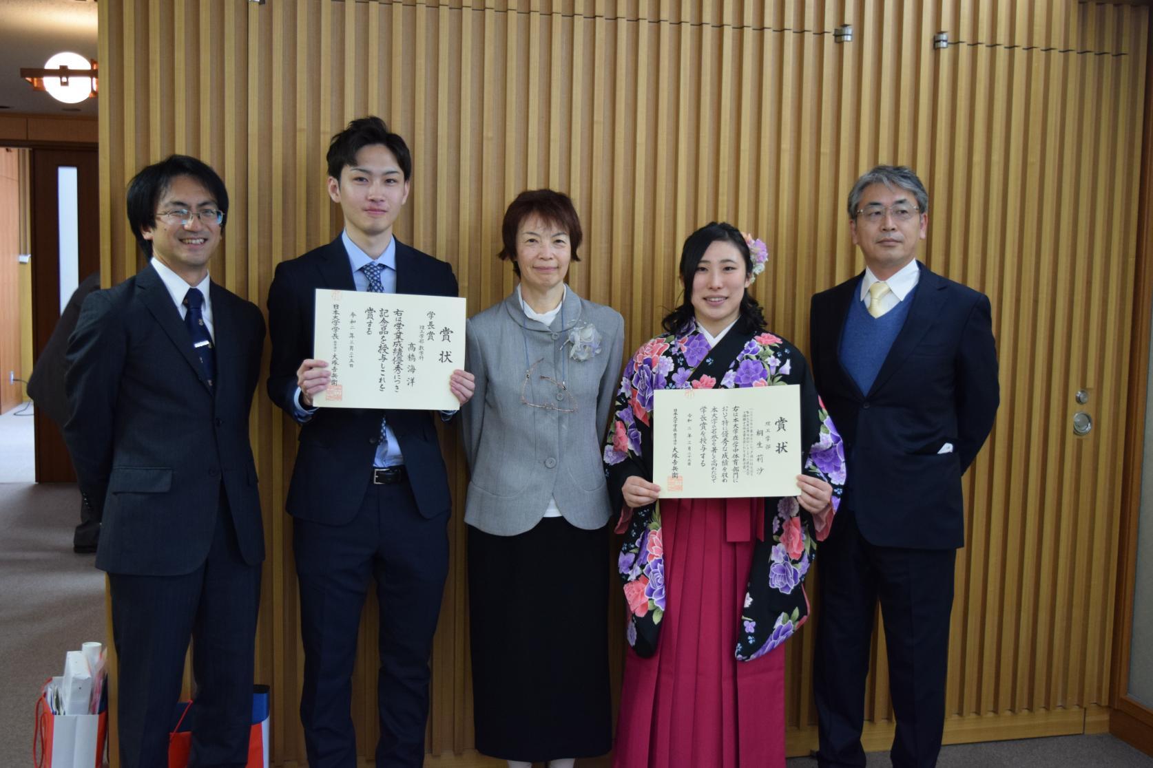 学長賞受賞の数学科 高橋海洋さん、物質応用化学科 桐生莉沙さんに、賞状及び記念品の贈呈が行われました。