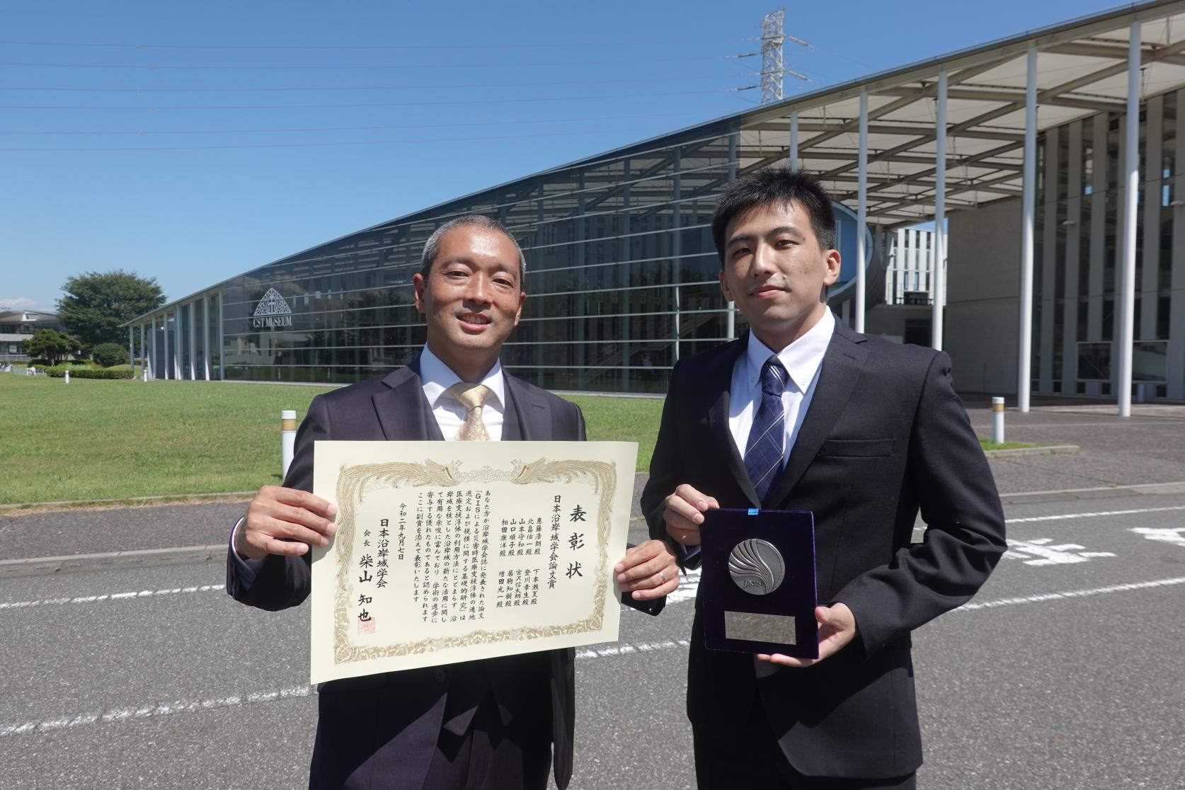 海洋建築工学専攻2年の下本瀬夏さんと惠藤浩朗准教授が、日本沿岸域学会「日本沿岸域学会論文賞」を受賞しました。